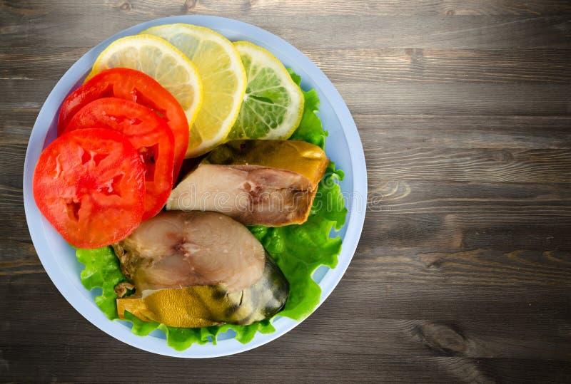 Geräucherte Makrele auf einer Platte lizenzfreies stockbild