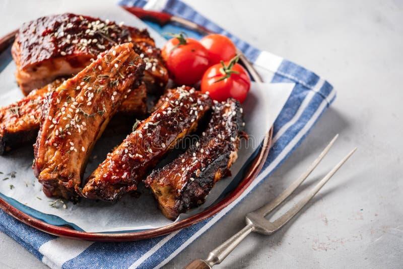 Geräucherte Rippen des gebratenen Schweinefleisch auf der Platte Köstliche gegrillte bbq-Rippe lizenzfreie stockfotografie