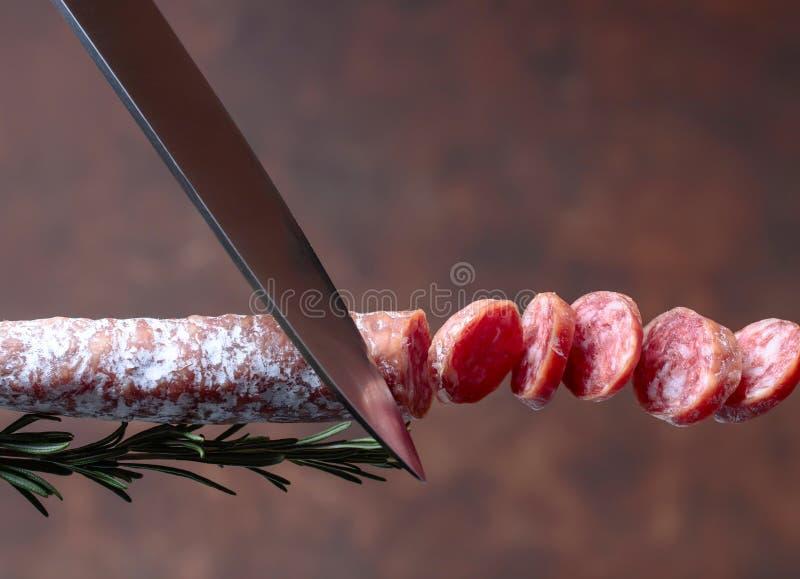 Geräucherte Salami mit Rosmarin lizenzfreie stockfotografie