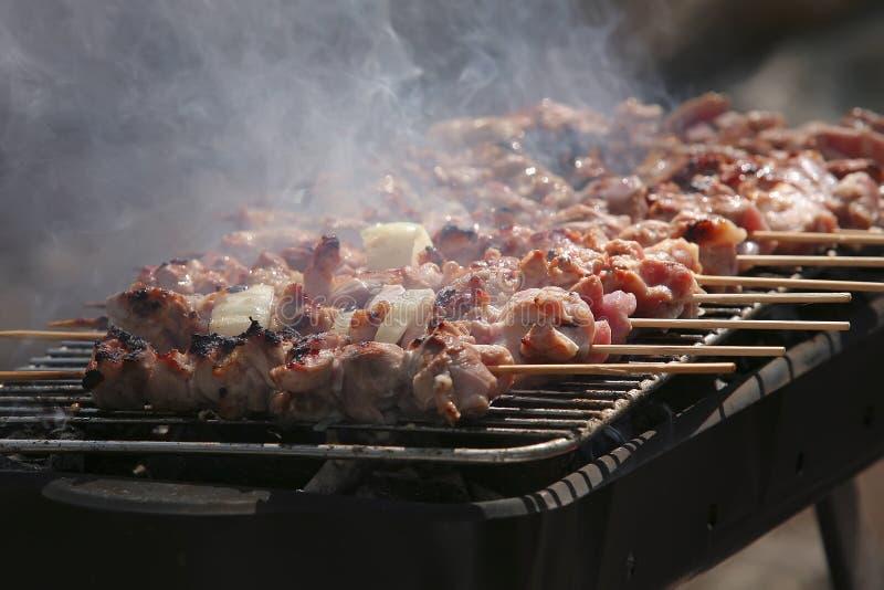 Geräucherte shish kebabs auf bbq lizenzfreies stockfoto