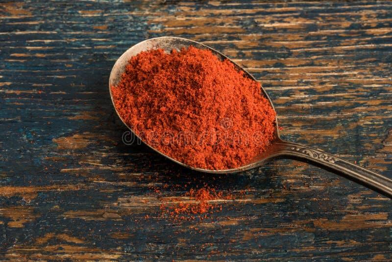 Geräucherter Paprika auf einem Weinlese-Löffel stockbild