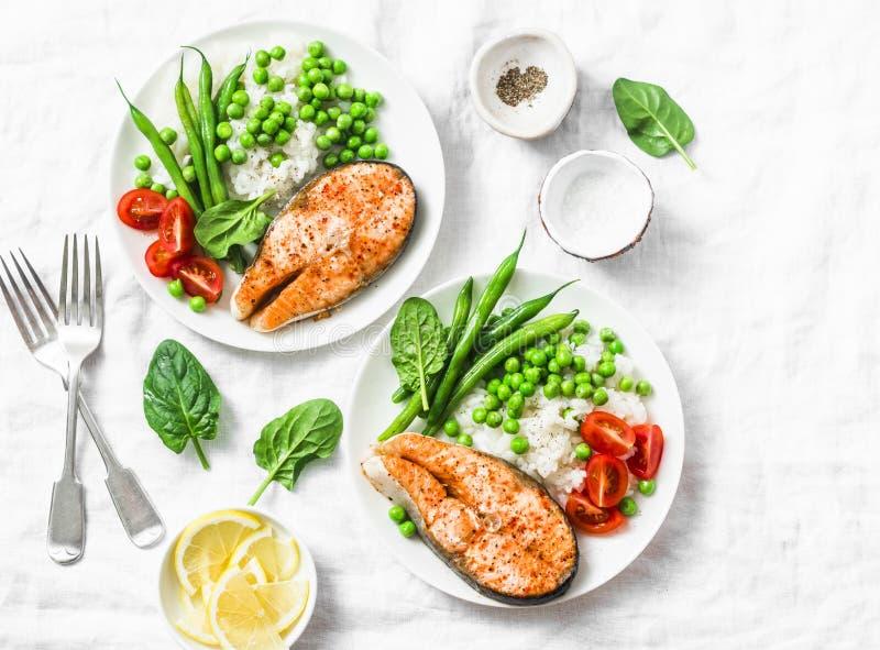 Geräucherter Paprika backte Lachse, Reis, grüne Erbsen und grüne Bohnen auf einem hellen Hintergrund, Draufsicht Flache Lage Gesu lizenzfreie stockbilder