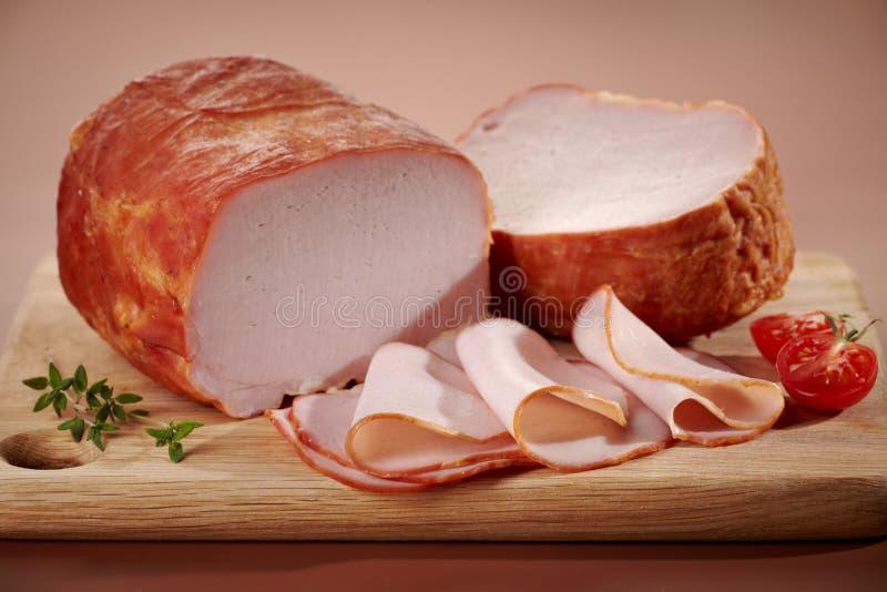 Geräuchertes Fleisch auf Schneidebrett stockbild