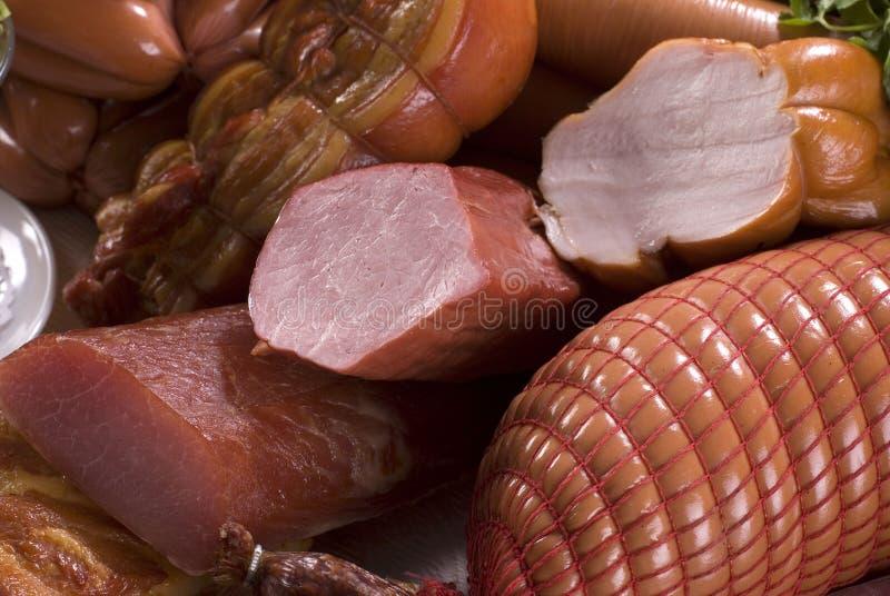 Geräuchertes Fleisch und verschiedene Würste stockfotografie