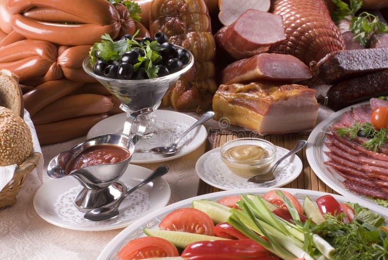 Geräuchertes Fleisch, verschiedene Würste und Gemüse stockbild
