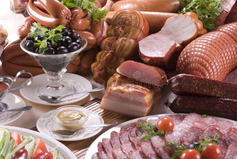 Geräuchertes Fleisch, verschiedene Würste und Gemüse stockbilder