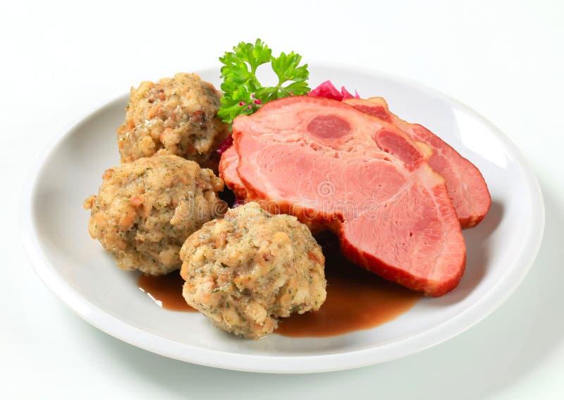 Geräuchertes Schweinefleisch mit Tiroler Mehlklößen und rotem kraut stockfotografie