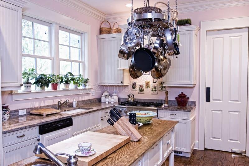 Geräumige moderne Küche stockbild