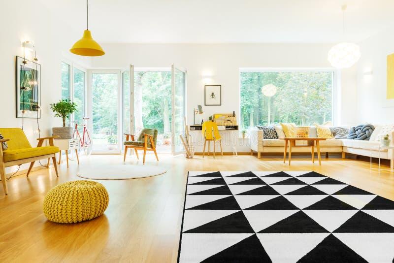 Geräumige Wohnung mit Dreieckteppich stockfoto