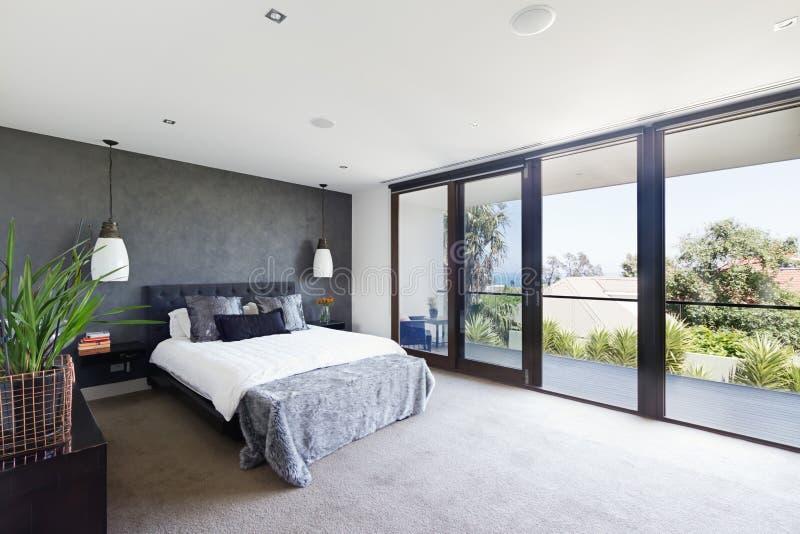 Geräumiger Innenraum des Designerhauptschlafzimmers in Luxus-Australien lizenzfreies stockfoto