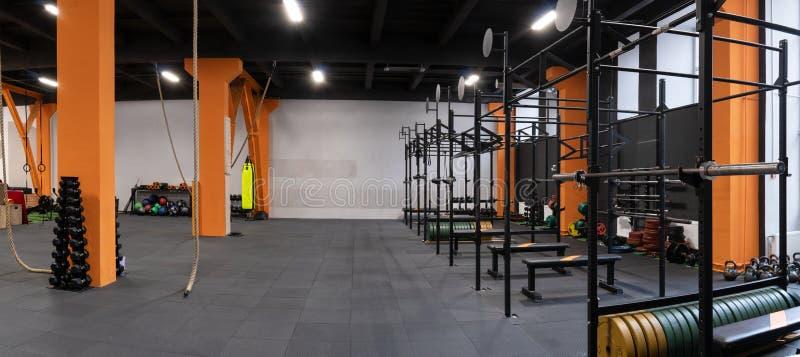 Geräumiger moderner Innenraum der Turnhalle für Eignungstraining stockfoto