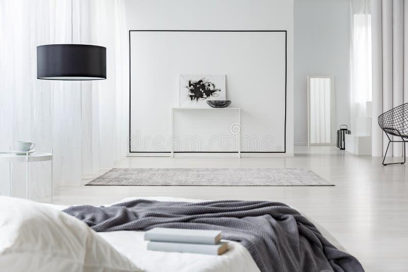 Geräumiger Schlafzimmerinnenraum stockbilder