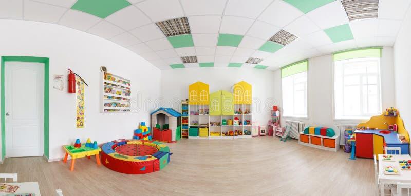 Geräumiger weißer Spielraum im Kindergarten Breites panoramisches Bild stockfotografie