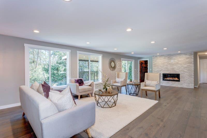 Geräumiger weißer Wohnbereich mit Steinkamin stockfoto