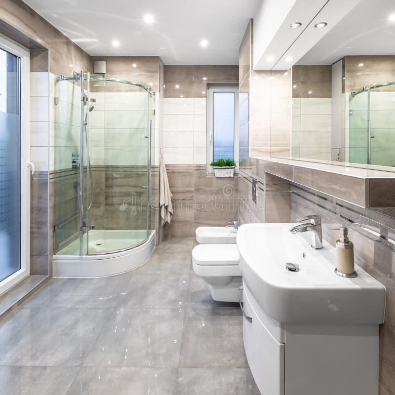 Geräumiges Badezimmer mit Dusche stockbild