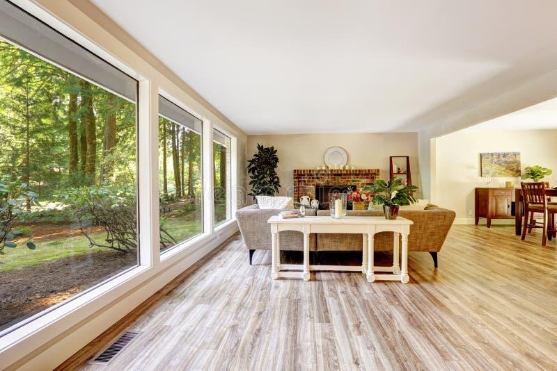 Lieblich Download Geräumiges Helles Wohnzimmer Mit Glaswand Stockbild   Bild Von  Amerikanisch, Weiß: 44716059