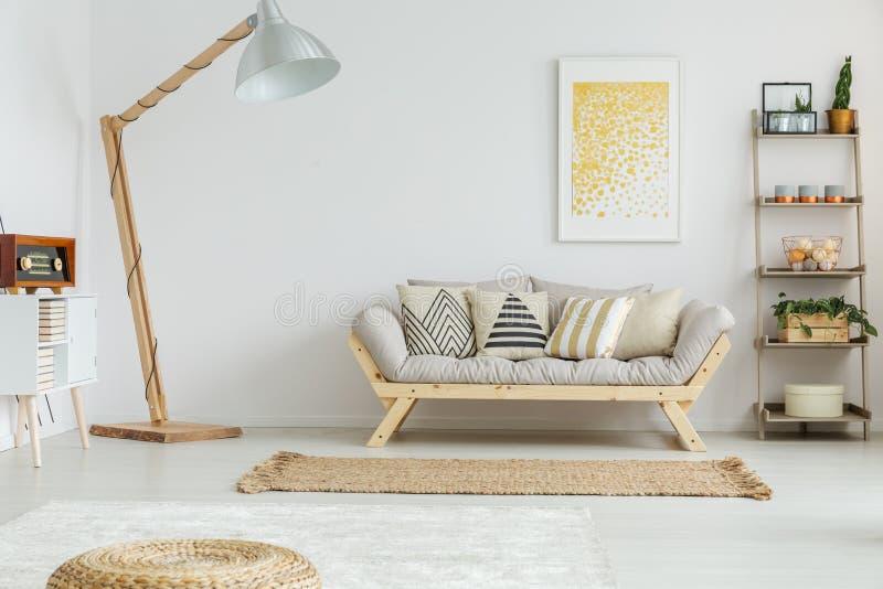 Geräumiges, weißes Wohnzimmer stockfoto