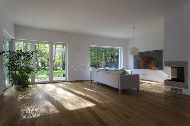 Geräumiges Wohnzimmer lizenzfreie stockfotografie