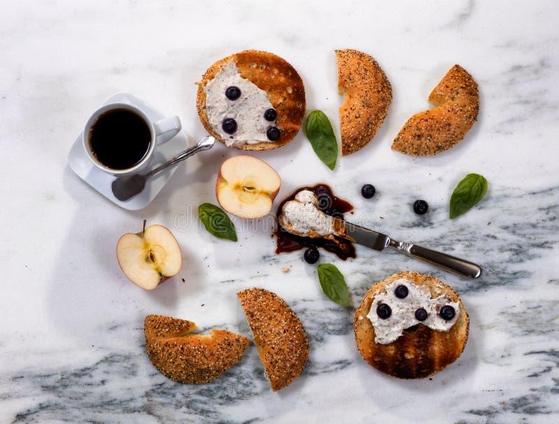 Gerösteter Käse der Bagel mit Sahne und dunkler Kaffee für Morgen mea lizenzfreies stockbild