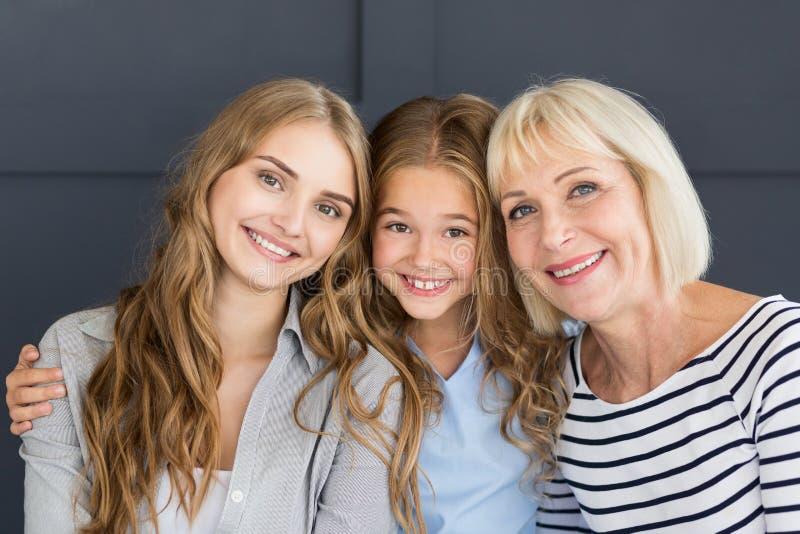 Geração bonita das mulheres Avó, mamã e filha imagem de stock royalty free