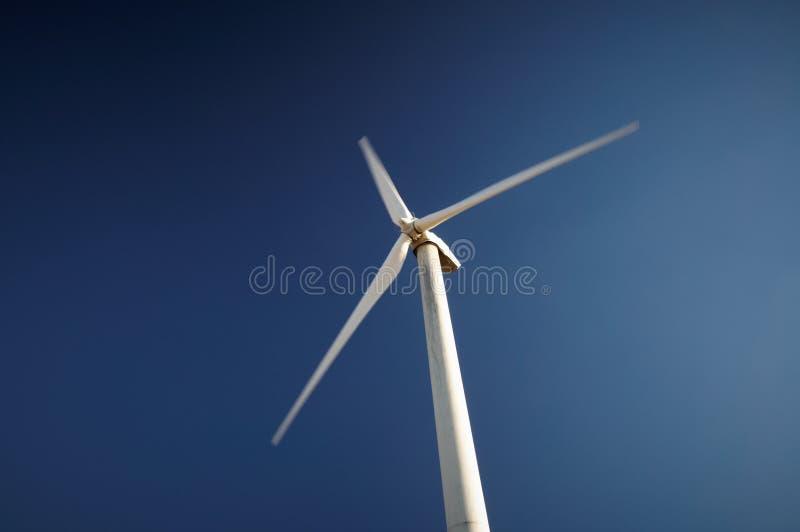 Geração das energias eólicas, turbina eólica contra o céu azul fotografia de stock royalty free