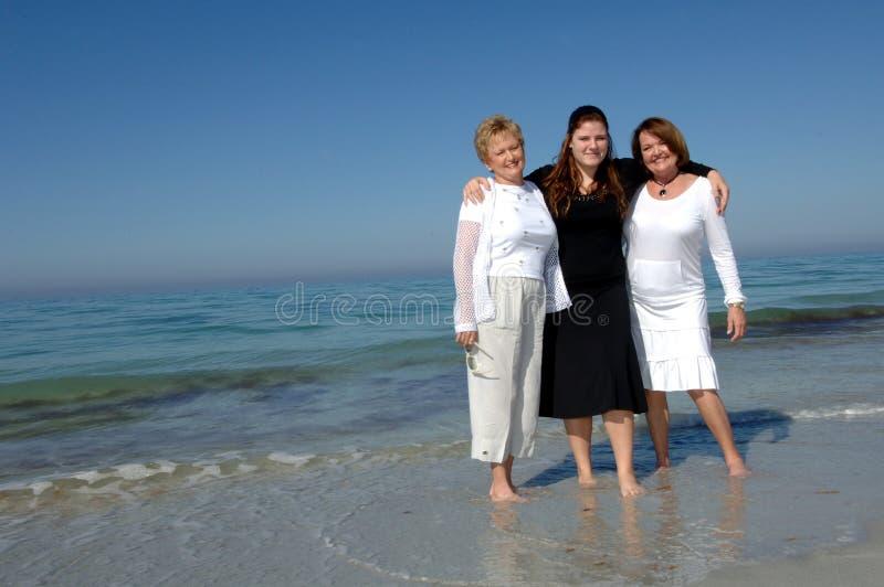 Gerações de mulheres na praia