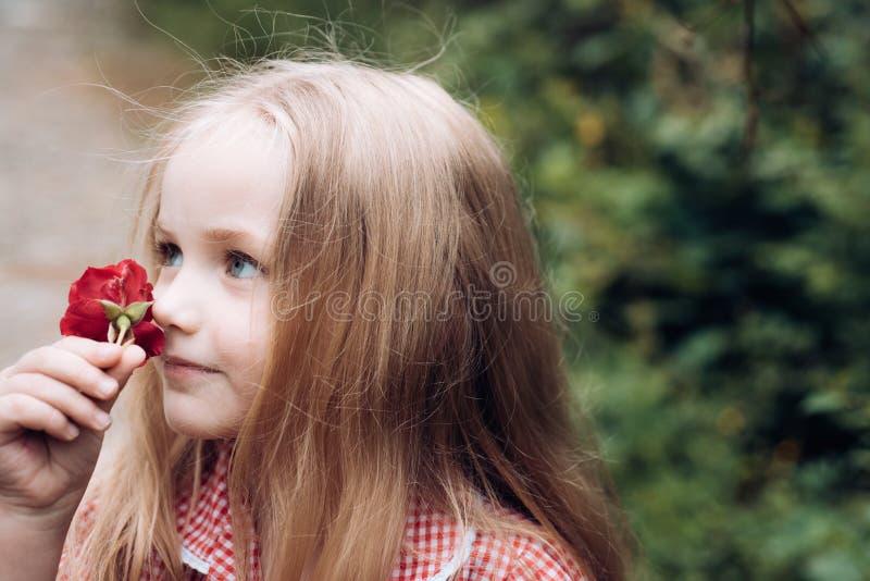 Gerade ein geregnet kindheit Sommer Mutter- oder Frauentag Der Tag der Kinder Kleines Baby Neues Leben-Konzept Frühling stockfotografie