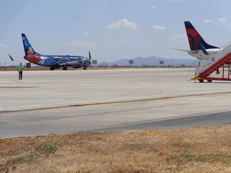 Gerade einige Flugzeuge am Flughafen lizenzfreie stockfotos