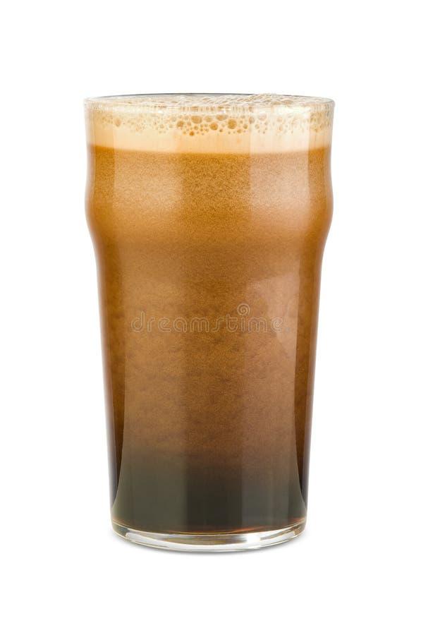 Gerade gegossenes stout Bier stockfotos