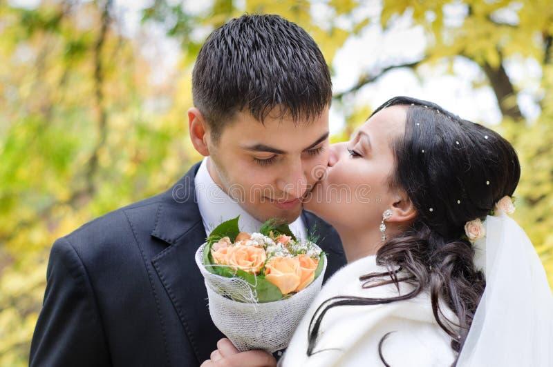 Gerade geheiratet im Park lizenzfreies stockfoto