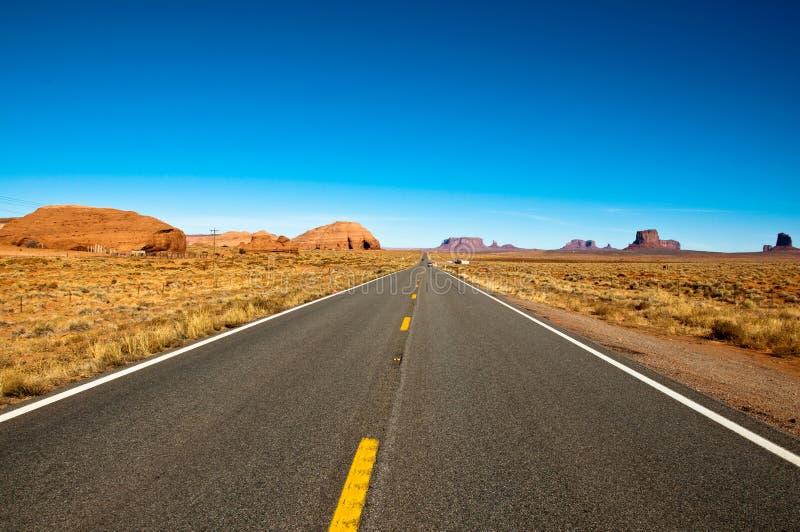 Gerade Straße in der Wüste stockbild