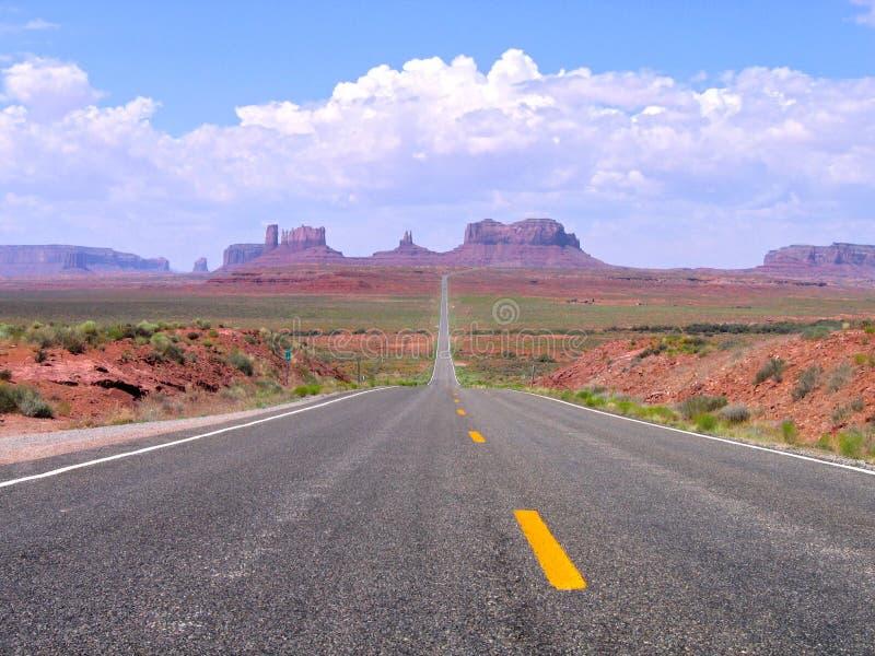 Gerade Straße in Utah und in Arizona, Monument-Tal-Navajo Stammes- lizenzfreie stockbilder
