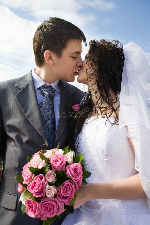 Gerade verheiratete junge Paare stockbild