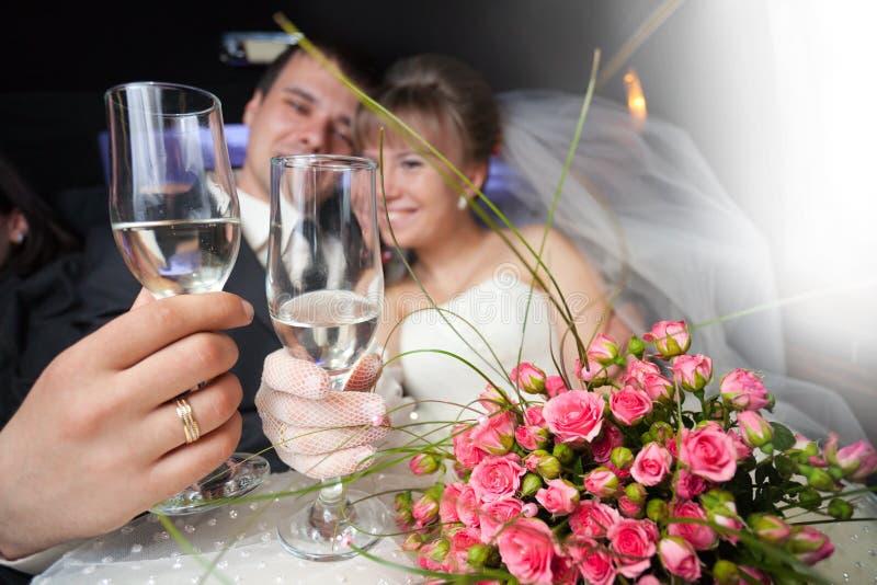 Gerade verheiratete junge Paare stockfoto