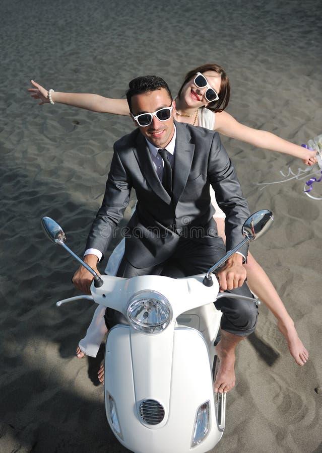 Gerade verheiratetes Paar auf dem Strand lizenzfreie stockfotografie