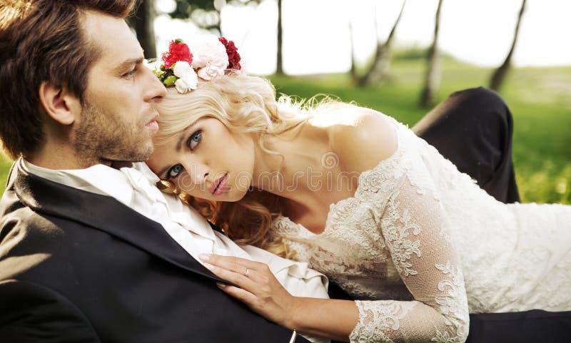 Gerade verheiratetes Paar, das durch den See sich entspannt lizenzfreie stockbilder
