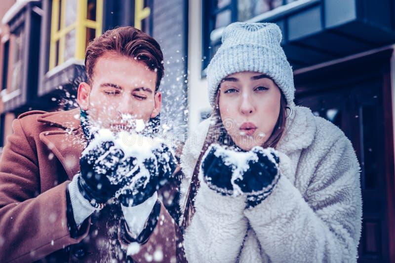 Gerade verheiratetes Paar, das viel Spaß spielt mit Schnee hat lizenzfreie stockfotografie