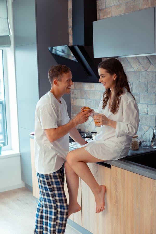 Gerade verheiratetes Paar, das zu Hause Morgen zusammen genießt lizenzfreie stockfotografie
