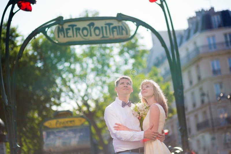 Gerade verheiratetes Paar mit Pariser Metrozeichen stockbild