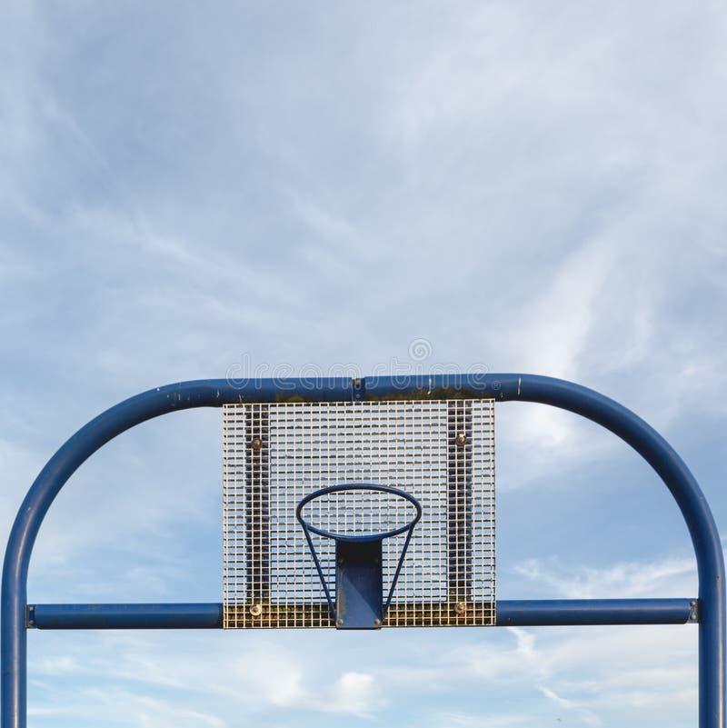Gerade Vorderansicht des Straßenbasketballmetallbaus lizenzfreie stockfotos