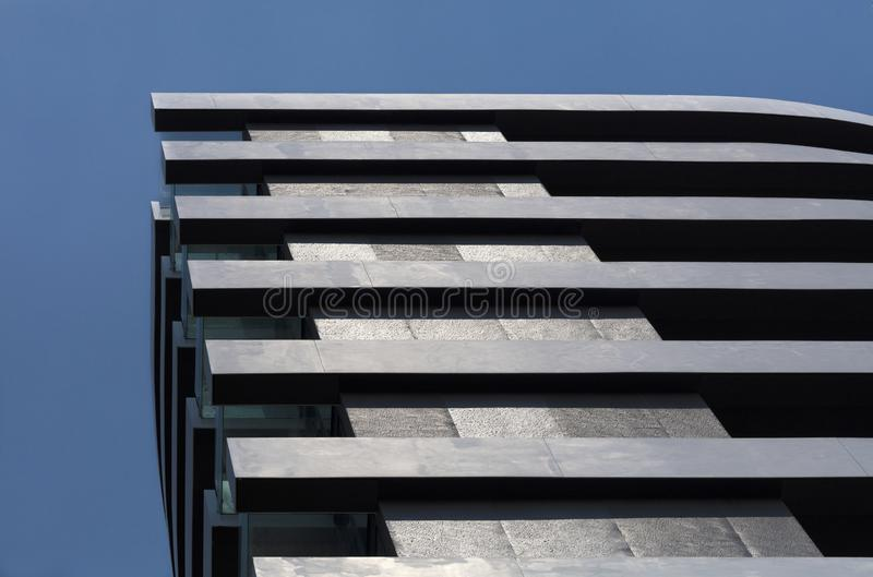 Geradlinige Geometrie eines modernen Wohngebäudes stockbilder