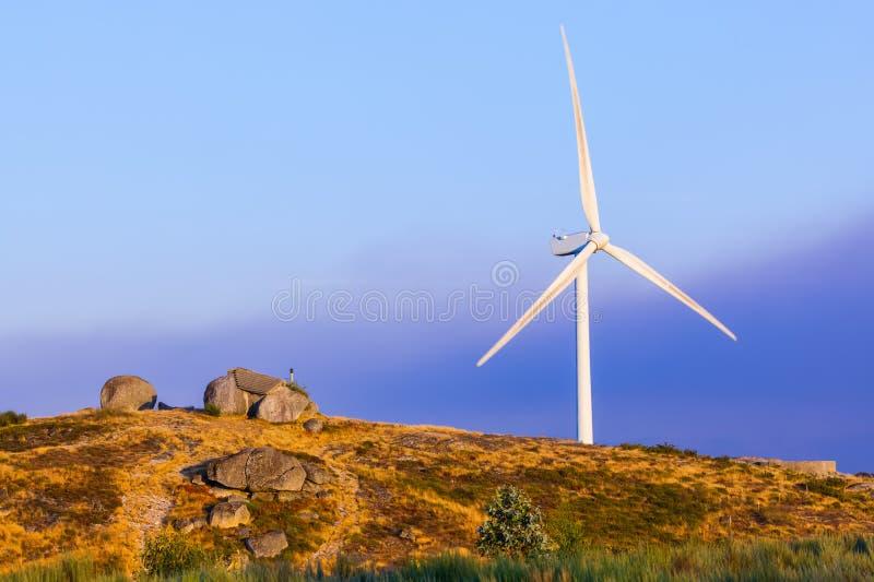 Gerador de poder do moinho de vento e casa de pedra famosa - porto de Guimaraes imagens de stock