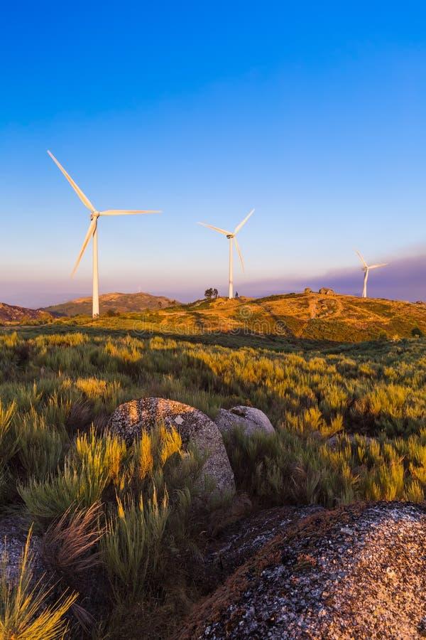 Gerador de poder do moinho de vento e casa de pedra famosa - porto de Guimaraes fotografia de stock royalty free
