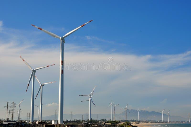 Gerador do moinho de vento na jarda larga foto de stock royalty free