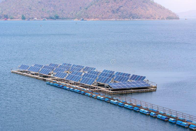 Gerador dos pain?is solares a ind?stria da energia moderna na barragem, fontes ecologicamente limpas da energia el?trica foto de stock