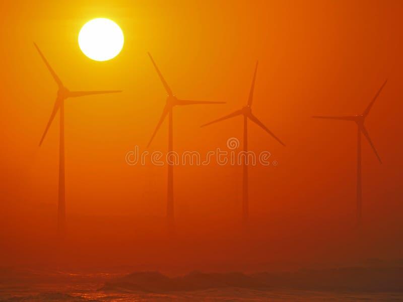 gerador Vento-conduzido e por do sol dourado fotografia de stock royalty free