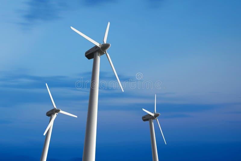 Geradores de eletricidade de turbina eólica num céu azul, em ângulo baixo foto de stock royalty free