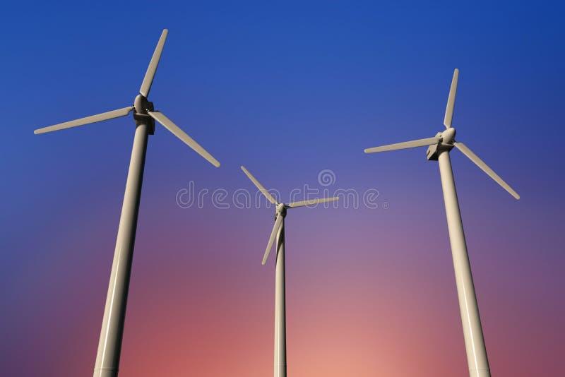 Geradores de eletricidade de turbina eólica num céu ensolarado, ângulo baixo foto de stock