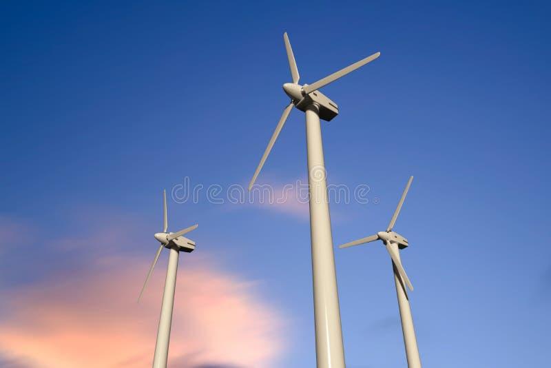 Geradores de eletricidade de turbina eólica num céu ensolarado, ângulo baixo fotografia de stock
