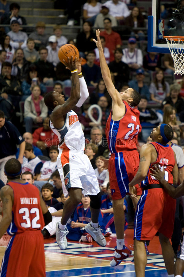 Gerald Wallace Shoots Over Tayshaun Prince images stock